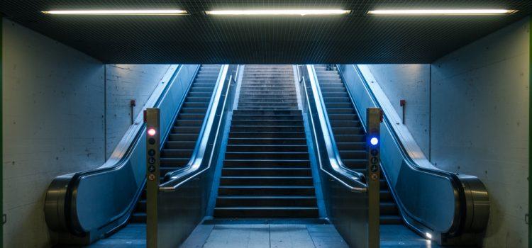 Il était une fois Jared Jared Jared régime Subway Jared Subway Obèse Pantalon géant Perte d'embonpoint Perte de kilos Perte de poids Régime fantaisiste Régime inventé Régime Subway XXXXXXL ,Escalator,Subway,Station,Nobody,Blue,Daylight,Yellow,Overhead,Lights